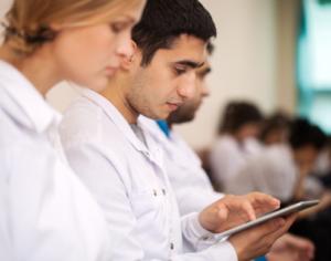 medizinwelten-services – Texte – Ärzte lesen auf Tablet